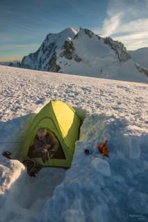 Mon père à l'épaule du Mont Blanc du Tacul après l'ascension de la Contamines-Mazeaud au Triangle du Tacul. Le lendemain nous avons continué jusqu'au sommet du Mont Blanc. Certainement mon plus souvenir en montagnes!